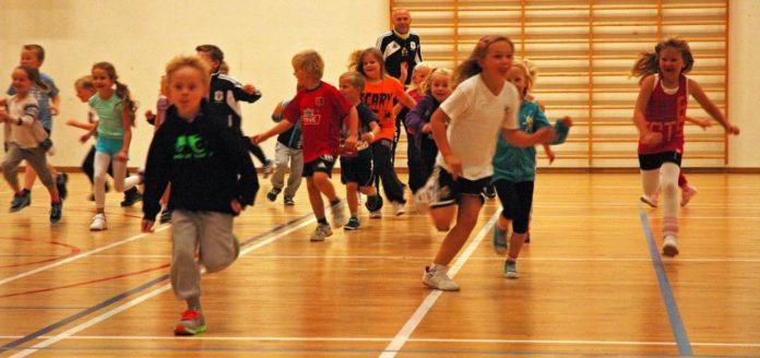 Barn som løper mot kamera