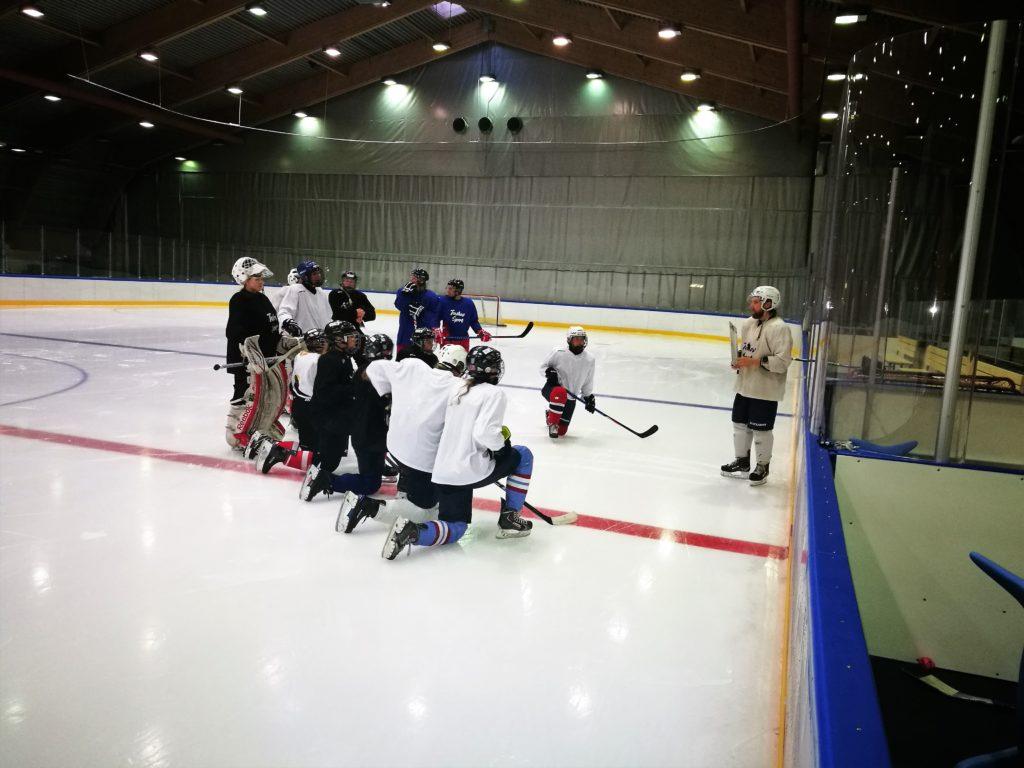 Spillere samlet rundt treneren på Ishokey
